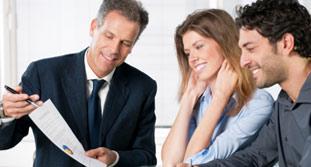 Imagen dos personas mirando documento para la indemnización por accidente de tráfico