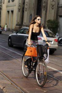 Chica en bicicleta por la ciudad