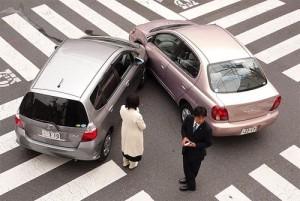 Imagen choque leve entre dos coches en un accidente de tráfico