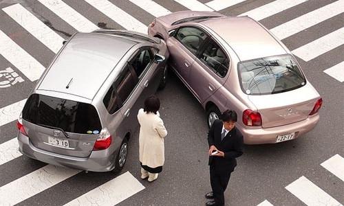 Imagen choque leve entre dos coches