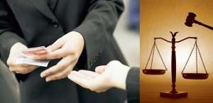 Montaje manos con dinero y balanza de la justicia para obtener una buena indemnización por accidente de tráfico